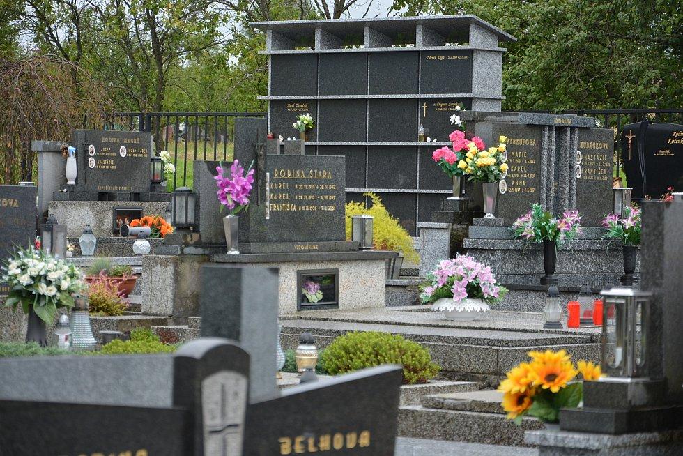 Vesničce Újezd na Zlínsku chybí podle místních snad jen moře. Na snímku z 26. srpna 2021 opravený hřbitov.