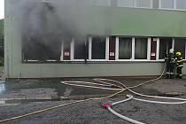 Požár v přízemí několikapatrového objektu museli v sobotu krátce před šestou ráno likvidovat hasiči ve Valašském Meziříčí na ulici Havlíčkova.