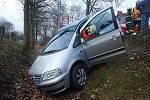 Nehoda, kdy řidička e Zlíně sjela s vozem do příkopu, se obešla bez zranění.