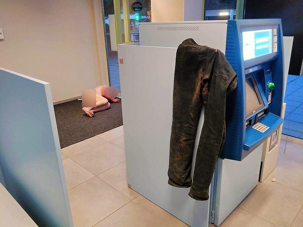 Muž se uložil ke spánku v místnosti s bankomatem, myslel si, že je doma.