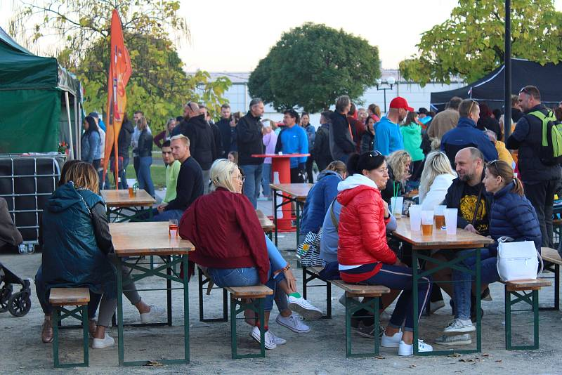 Čtvrtý ročník Malého burger festivalu přilákal na kroměřížské Hanácké náměstí milovníky dobrého jídla a pití.