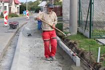 Ve Žlutavě dělníci finišují se stavbou nového chodníku. Ten obec plánovala roky kvůli bezpečnosti hlavně dětí.