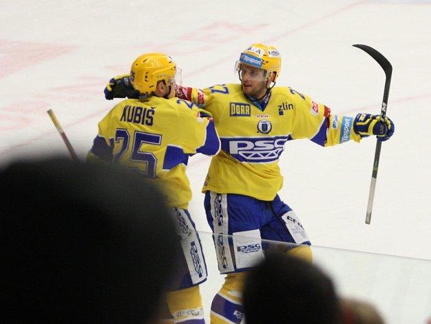 Extraligoví hokejisté Zlína (ve žlutém) vyzvali v rámci 17. kola Mladou Boleslav. Na snímku oslava gólu Kubiše