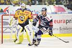 Extraligoví hokejisté PSG Berani Zlín (ve žlutém) ve 2. kole, domácí premiéře sezony hostili Vítkovice. Na snímku Kašík