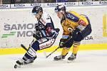 Extraligoví hokejisté PSG Berani Zlín (ve žlutém) ve 2. kole, domácí premiéře sezony hostili Vítkovice.