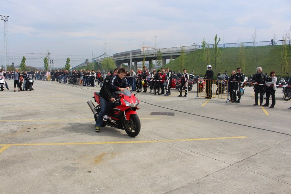 Náměstí 3. května bylo zaplněno stovkami motorek.