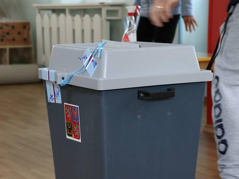 Volby do Poslanecké sněmovny Parlamentu České republiky začaly v pátek ve 14 hodin.