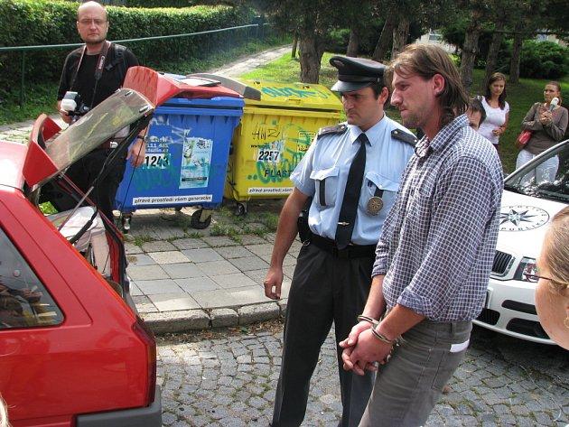 Policie už zabavuje neřádům auta