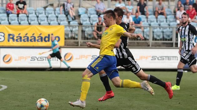 Fotbalisté Zlína (ve žlutých dresech)  prohráli v 8. kole FORTUNA:LIGY na hřišti nováčka z Českých Budějovic 0:2. Na snímku Lukáš Železník.