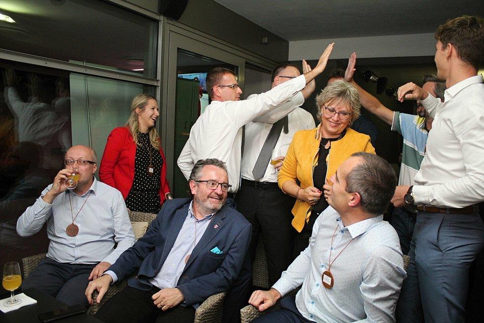 Volební štáb hnutí ANO v čele s lídrem Radimem Holišem v baru Terasa ve Zlíně 3. října 2020 bezprostředně po oznámení výsledku voleb, kde těsně porazili KDU-ČSL.