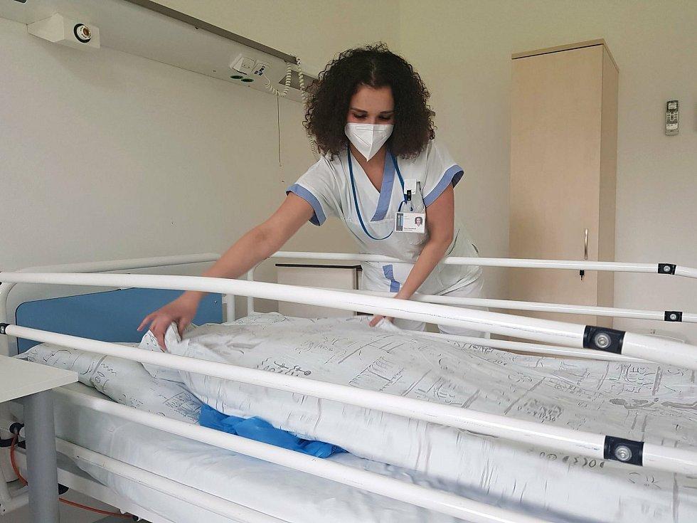 Studentka Marie Hanáčková pomáhala při druhé vlně epidemie onemocnění Covid-19 jako dobrovolnice na plicním oddělení Krajské nemocnice Tomáše Bati ve Zlíně. Jejího příběhu si všiml i štáb americké CNN.