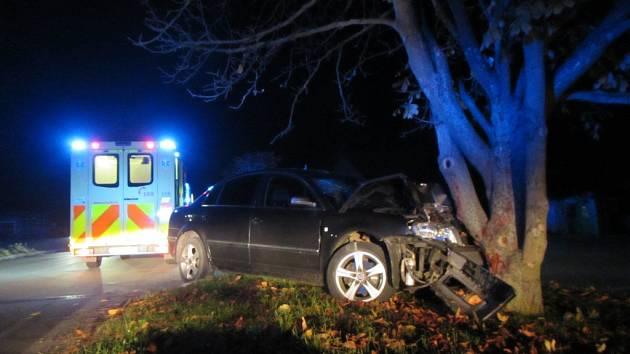 Škoda superb v Ostratě narazila do stromu