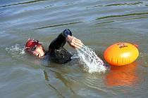 Pokus o první sólové přeplavání Baťova kanálu se pokusil Marek Jedlička. Vplouvá do řeky Moravy