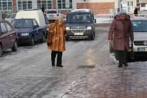 Projít se v posledních dnech centrem Zlína, to mnohdy připomíná jízdu na bruslích. Nádraží Housacar