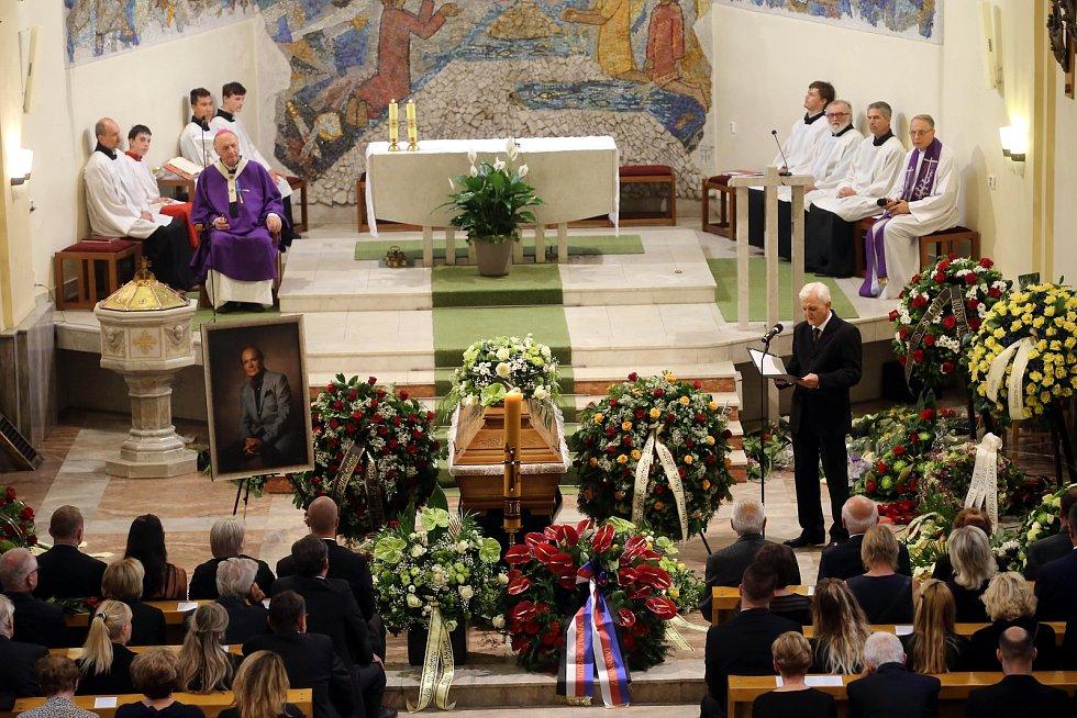 Pohřeb Jaroslava Rybky v kostele svatého Filipa a Jakuba ve Zlíně.Nad rakví Tomáš Janečka