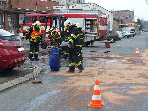 Hydraulický olej se vylil na silnici v Prštném