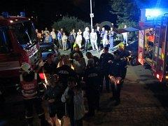 Požár na schodišti výškové budovy. 13 zraněných a 95 evakuovaných osob