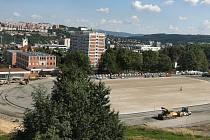 Rekonstrukce zlínského Atletického stadionu mládeže vrcholí, nový umělý povrch by na něm měl ležet už koncem srpna.