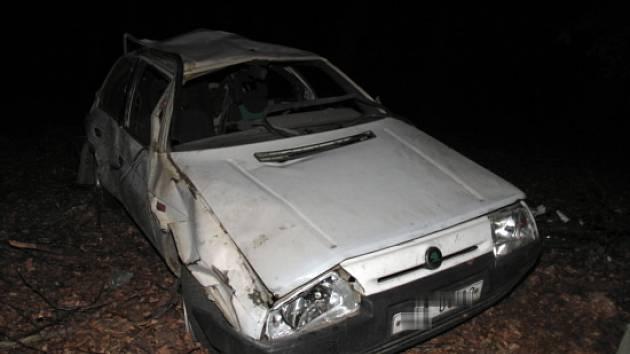 Auto se přetočilo přes střechu
