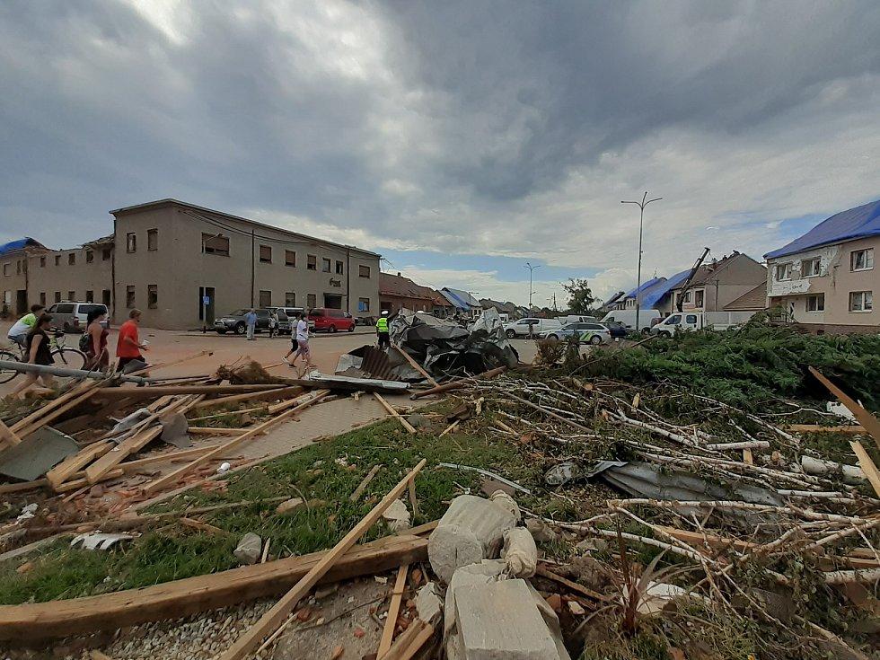 Moravská Nová Ves, sobota 26. června 2021. Přijely desítky dobrovolníků pomáhat s odstraňováním s následky čtvrtečního tornáda, které se prohnalo obcí.