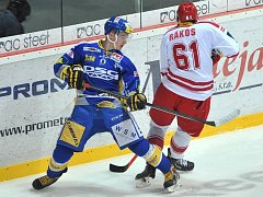 HC Ocelaři Třinec vs. PSG Zlín. (vlevo) Urbanec Patrik, (vpravo) Rákos Daniel.