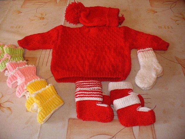 Svetřík s čepičkou, ponožky a patery bačkůrky upletly členky Klubu seniorek v Šanově na Slavičínsku pro čerstvě narozené miminko.