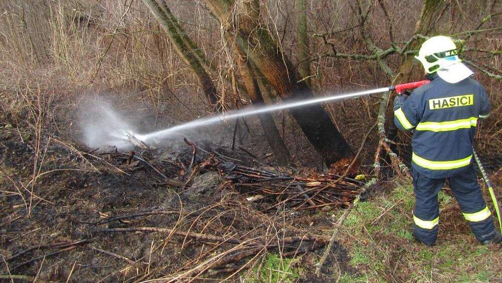 Požár trávy v areálu firmy v Otrokovicích