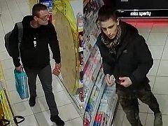 POLICEJNÍ VÝZVA. Snímky z bezpečtnostních kamer zveřejnila policie ve snaze najít zachycené muže. Policisté je hledají v souvislosti s krádeží  a zneužití platební karty.