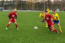 Fotbalisté divizního Slavičína (v červených dresech) remizovali na Vršavě s juniorkou Zlína 1:1.