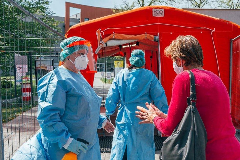 Dezinfekce rukou, měření tělesné teploty s pomocí termokamery a dotaz, kam pacient míří - takové je třídění u vstupu do areálu Uherskohradišťské nemocnice.