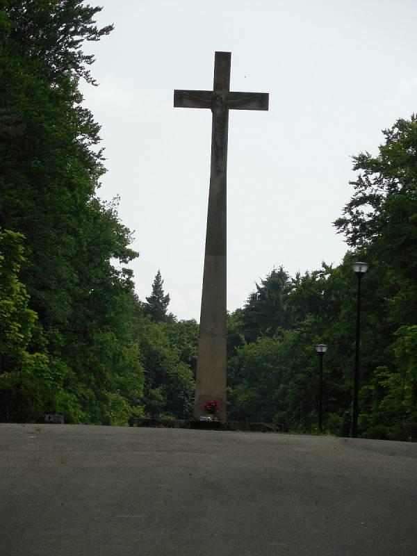 Ústřední kříž na hřbitově.