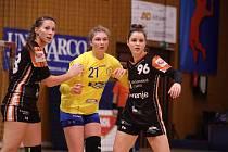Oslabené házenkářky Zlína (ve žlutých dresech) v 10. kole MOL ligy podlehly mistrovskému Mostu o čtyři branky.