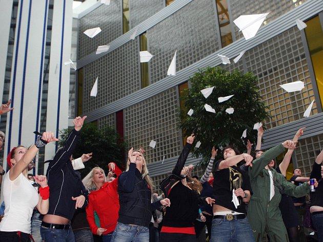 Studenti zlínské Univerzity Tomáše Bati soutěžili v úterý 13. března v kvalifikačném kole univerzitního mistrovství v hodu papírovou vlaštovkou.