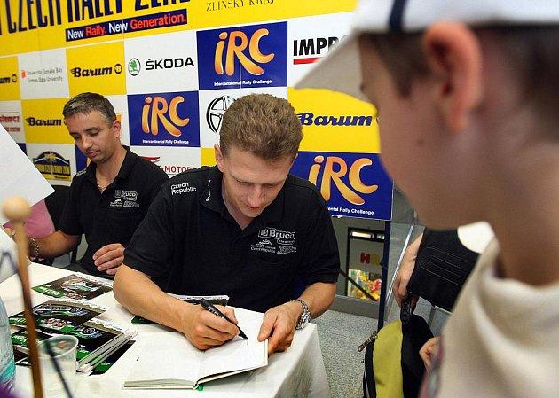 Zlín/ Závodníci, kteří se představí už příští týden v automobilovém závodu Barum Czech Rally ve Zlíně, se ve čtvrtek 18. srpna podepisovali svým fanouškům. Mezi sedmi jezdci a navigátory byl také Jaromír Tarabus.