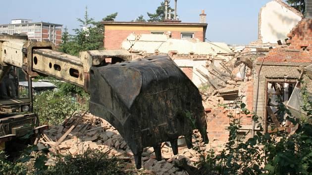 SROVNÁN SE ZEMÍ. Jeden z baťovských domků na Zálešné III včera ráno padl, aby udělal místo obchvatu, který má tudy vést.