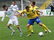 Lukáš Pazdera (vpravo) bojuje o míč