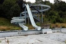 Zpustlé koupaliště Riviera v Malenovicích.
