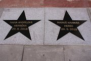 Letošní hvězdu na chodníku slávy před Velkým kinem ve Zlíně odhalili Ivana Andrlová a Maroš Kramár.