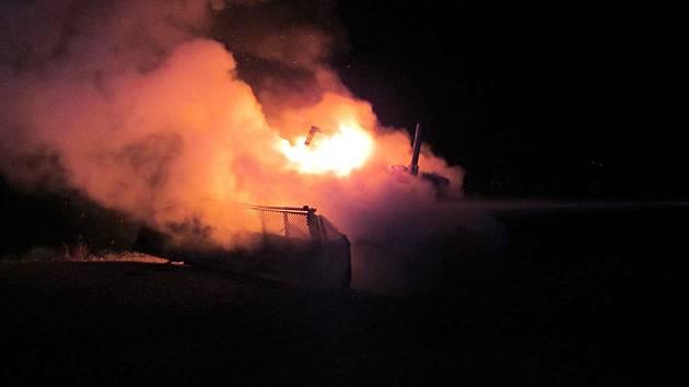 Noční požár rolby zaměstnal dvě jednotky hasičů.