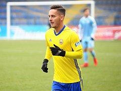 Fotbalisté Zlína (ve žlutých dresech) v posledním přípravném utkání před startem jarní části HET ligy přivítali na Letné Slovan Bratislava.  Záložník Daniel Holzer