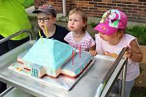 Oslava s dortem. Ilustrační foto.