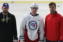 Hokejový útočník New Yorku Rangers Filip Chytil společně se svým agentem Jaroslavem Balaštíkem a starším bratrem Liborem při letním tréninku na stadionu v Uherském Hradišti v roce 2019