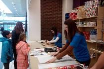 Dárková balící služba v největším nákupním centru Zlínského kraje funguje v těchto dnech zdarma každý den.