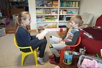 Třeťačka Eliška procvičuje s předškolákem Pepíčkem logopedii.