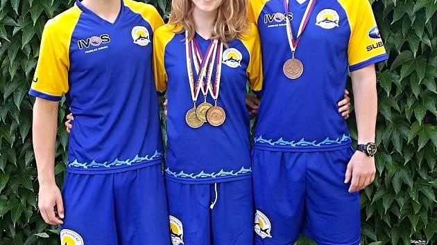 Medailisté Zlínského plaveckého klubu Anna Andrlová (uprostřed) a Petr Urbánek (vpravo).