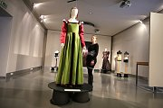 Výstava Oděv v běhu staletí  v muzeu v Napajedlech.Na snímku rekonstrukce ženského renesančního italského oděvu z  městského prostředí z r. 1506