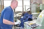 Pavel  Kubina, vyrábí ochranné obleky a obuv pro atomové elektrárny a jako poslední mohykán vyrábí v areálu bývalého Svitu sandálovou obuv