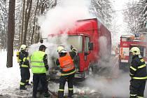 Požár motoru nákladního automobilu v kopci poblíž Horní Lhoty.
