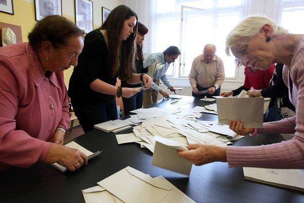Sčítání hlasů na Malé scéně ve Zlíně.