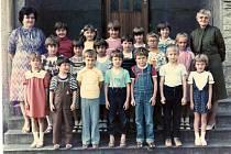 Základní škola Jasenná, 1983/1984. První třída, učitelka Věra Mynářová a ředitelka Věra Rokytová
